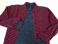 セーターの上にシャツを着る場合
