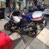 路上に駐車されているアドベンチャーバイク