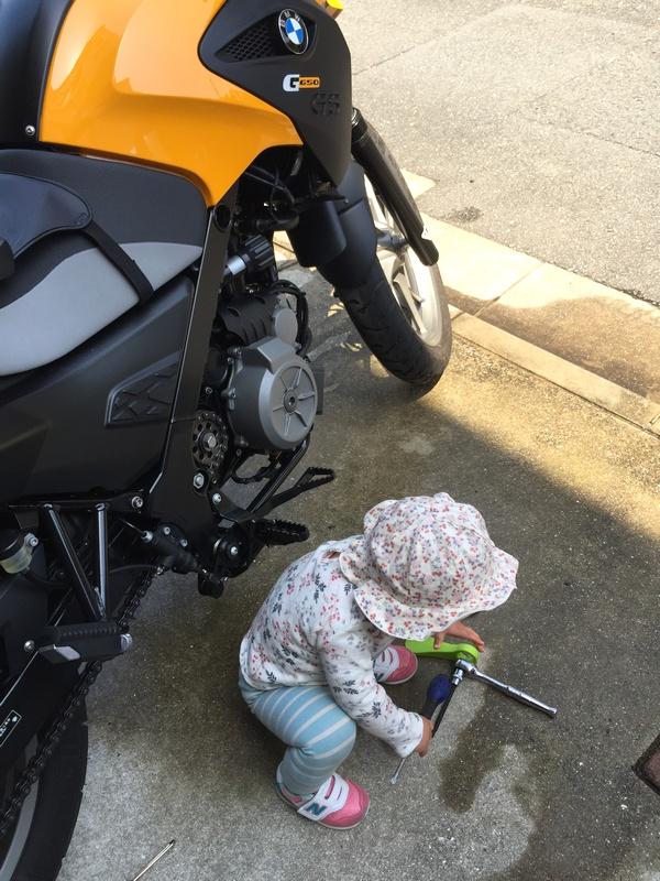 娘、バイク洗車を手伝う