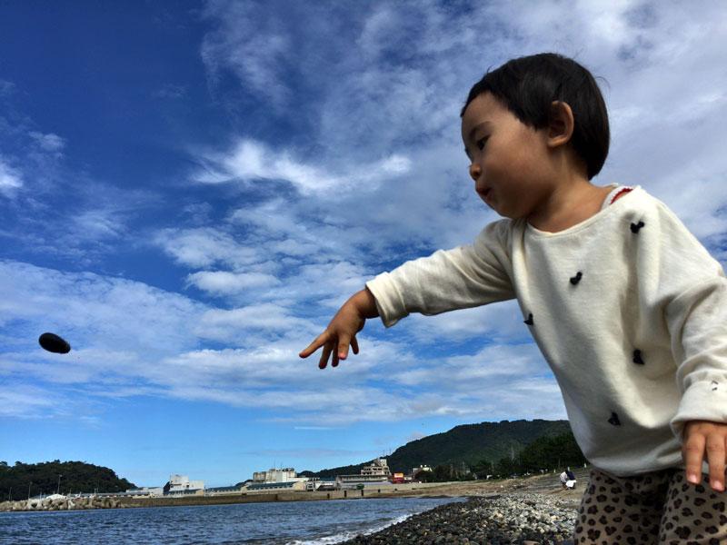 海に向かって石を投げる