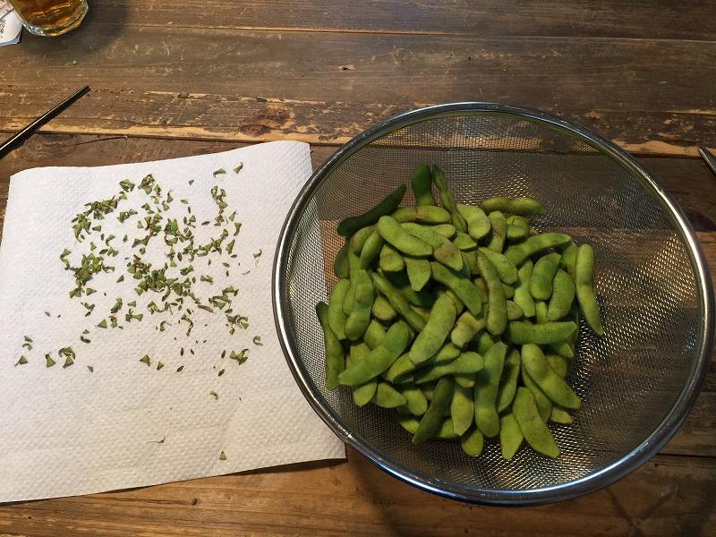 枝豆の端取り
