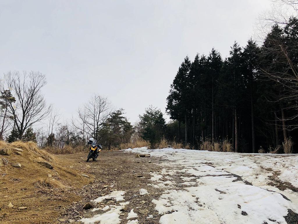 しいたけ林道山頂で休憩