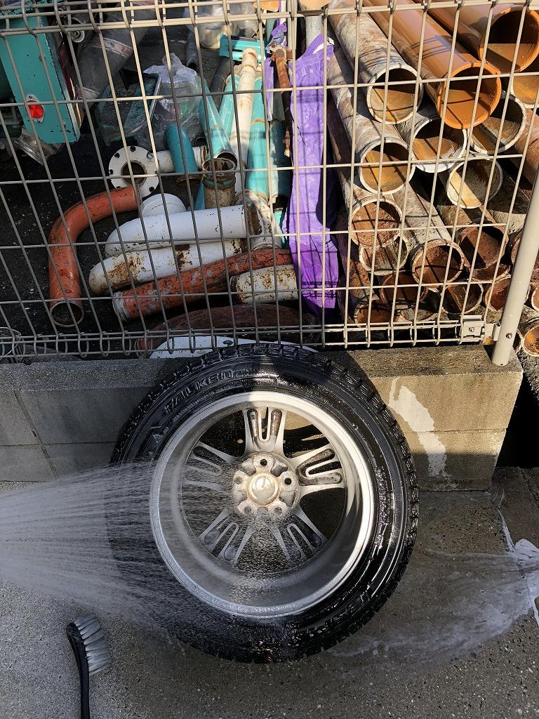 外したタイヤは洗って乾かします。